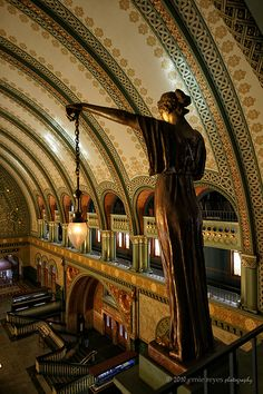 Union Station, St. Louis: Romanesque figures adorn the cavernous hall of 65-foot barrel-vaulted ceilings.