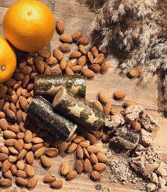 🍊🍊🍊 Dieser frische Reiniger steckt voller festlicher Zutaten, darunter Cranberries und ein Schuss Brandy, die deinen Teint zum Strahlen bringen. Nimm dir eine kleine Portion auf die Hand und vermische sie mit Wasser zu einer Paste. Peelende gemahlene Mandeln und Kaolin exfolieren und reinigen sanft. Ein wenig fair gehandelte Bio-Kakaobutter pflegt sie geschmeidig weich und spendet Feuchtigkeit. 🍊🍊🍊  📸: lushvalencia via Instagram Peeling, Cranberries, Lush, Ethnic Recipes, Instagram, Christmas Log, Noel, Cocoa Butter, Beams