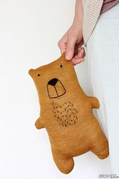 DIY Anleitung: Teddy aus altem Pulli nähen (Upcycling) DIY instructions: Sewing teddy himself with tutorial and template Fabric Toys, Fabric Crafts, Baby Knitting Patterns, Free Knitting, Sewing Toys, Sewing Crafts, Diy For Kids, Gifts For Kids, Diy Teddy Bear