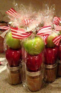 Homemade and DIY Gifts - Caramel Apples. Neighbor Christmas Gifts, Cute Christmas Gifts, Neighbor Gifts, Christmas Treats, Christmas Decorations, Apple Decorations, Office Christmas Gifts, Handmade Christmas, Inexpensive Christmas Gifts