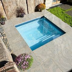 Plunge Pools and Cocktail Pools are among the fastest must have ammenities for gen-x and baby boomers. Build a plunge pool or cocktail pool yourself. trasero en un presupuesto Small Backyard Patio, Backyard Patio Designs, Backyard Landscaping, Outdoor Spa, Outdoor Gardens, Pool Indoor, Kleiner Pool Design, Small Pool Design, Small Pools