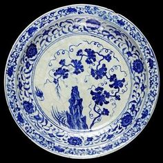 Dish, fritware, underglaze painted in cobalt blue with vine scroll in Chinese style, Uzbekistan (probably Samarqand), 1400-1450. Diameter: 38.5 cm, Height: 6.4 cm.C.206-1984.© V Images.