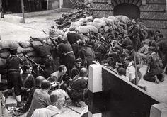Staatsvorming, burgeroorlogen: De Spaanse Burgeroorlog van 1936-1939. Terwijl de soldaten zich klaar maken voor een vuurgevecht maken de fotografen zich klaar om het vast te leggen. De Spaanse Burgeroorlog staat bekend als de eerste oorlog waarbij professionele fotografen direct achter de voorste linie aanwezig waren, vaak met gevaar voor eigen leven. Spanje, 1937.