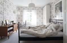 Boråsin seepianväriset kukkatapetit ovat levolliset, vaikka kuosi on runsas. Paperivalaisin on Habitatin ja sängyn päädyssä on Kirsi Neuvosen grafiikantyö.