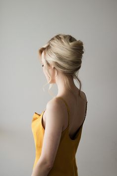 hair tutorials Hi guys, I am so thrilled to share today's bridal hair inspired French twist updo that takes under 5 minutes to create. This French roll is surprisingly simple but very e French Roll Hairstyle, French Twist Updo, French Twist Tutorial, French Bun, French Twists, Straight Hairstyles, Braided Hairstyles, French Hairstyles, Fashion Hairstyles