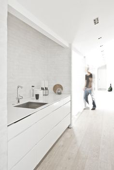 Minimalist white furniture in this minimalist kitchen, the Fredensborg House by NORM Architects. to deliver superior interior acoustic experince. Modern Kitchen Design, Interior Design Kitchen, Interior Decorating, Decorating Kitchen, Gray Interior, Interior Modern, Bathroom Interior, Decorating Ideas, Küchen Design