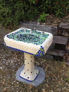 Hermosos lavabos decorados en mosaico ya sean que estén en desuso, para adorno del jardín o en el interior de su hogar ... ...