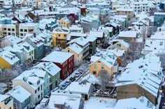 Kış denilince akla gelen ilk ülkelerden olan İzlanda'nın başkenti Reykjavik, kutu gibi rengarenk evleri, birçoğu ahşap dekorlu kafeleri ve barlarıyla sizi bir anda kendine bağlayacak. Üstelik Reykjavik konumuna rağmen korktuğunuz kadar soğuk da değil. Golf Stream sıcak su akıntısı sayesinde aynı enlemdeki diğer şehirlere göre daha ılıman bir havaya sahip. #Maximiles