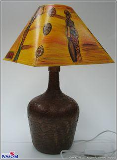Lámpara realizada con garrafa de vidrio y pantalla con servilleta por Rosa. #manualidades #pinacam #lámparas                                          www.manualidadespinacam.com
