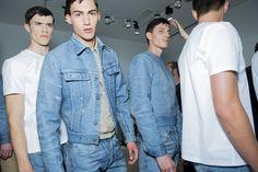 En backstage du défilé Calvin Klein Collection homme printemps-été 2016 à Milan, t-shirt blanc, mannequins, jean