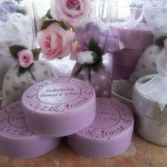 Surpreenda !   Este lindo kit contém 03 sabonetes Luz e Aroma amarrados delicadamente, 02 sachês perfumados e 01 caixinha com talco ( linda de se ver e sentir). Tudo isto embalados em uma caixa de acrilico , para deixar a mostra seu conteúdo e  decorada com rosas de cetim para dar um ar romântico.  Sucesso garantido!!   Aromas sugeridos: * lavanda R$46,00