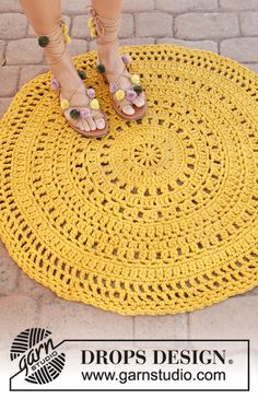 Sunblast - Crocheted carpet in DROPS Paris. Crocheted in the round in 3 strands Paris. - Free pattern by DROPS Design Crochet Circles, Crochet Round, Diy Crochet, Crochet Doilies, Double Crochet, Doily Rug, Crochet Design, Crochet Rug Patterns, Knitting Patterns Free