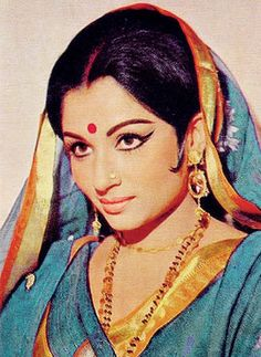 Are you aware of The epitome of beauty and grace - Sharmila Tagore? Check the latest news Photos, Songs and Biography of the Pataudi Begam Sharmila Tagore. Vintage Bollywood, Indian Bollywood, Bollywood Stars, Bollywood Fashion, Bollywood Makeup, Bollywood Heroine, Bollywood Celebrities, Indian Sarees, Sharmila Tagore
