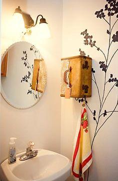 Maleta vintage usada como prateleira de banheiro
