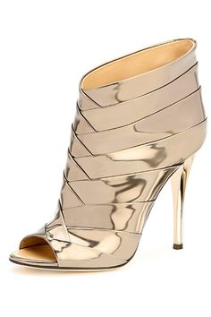 Curious. Beautiful High Heels http://thepageantplanet.com/category/pageant-wardrobe/