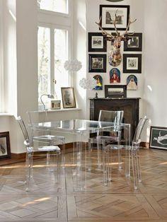 chaise en plexiglass transparente