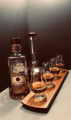 Whisky Whiskey Bourbon Scotch Tasting Flight - Solid Mahogany 4 Glencairn Glass Serving Tray - Whisky Lover Gift - Can be Personalized! Bourbon Whiskey, Scotch Whisky, Color Streaks, Whisky Tasting, Tasting Table, Distillery, Cut Glass, Gift For Lover, Alcohol