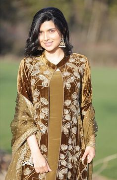 Velvet Pakistani Dress, Pakistani Fancy Dresses, Pakistani Fashion Casual, Pakistani Wedding Outfits, Pakistani Dress Design, Velvet Suit Design, Velvet Dress Designs, Embroidery Suits Punjabi, Embroidery Suits Design