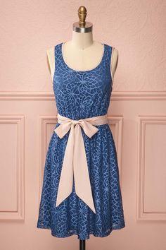 Cindy ♥ Le bleu est le rose ne se sont jamais aussi bien mariés que sur cette robe en dentelle fleurie. Blue and pink have never been so well in harmony as on this flowery lace dress.