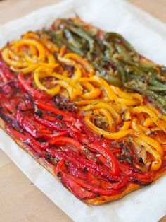 Provencal tart with three peppers On a puff pastry for an aerial rendering, tomato coulis and red, yellow and green peppers returned to olive oil with a little onion and spices. All the flavors of Provence. A My Parisian Kitchen recipe – French recipes Vegetarian Tart, Parisian Kitchen, Peppers Pizza, Vegetable Tart, Vegan Recipes, Cooking Recipes, Detox Recipes, Curry Recipes, Pizza Recipes