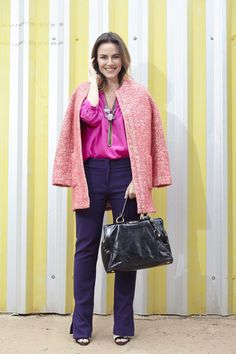 produção colorida e moderna que dá para usar no trabalho. Calça de alfaiataria roxa, camisa pink e casaco de tweed. Look com ombinação de cor análoga
