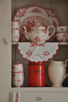 I have no idea what this blog says,  but I love the red china!