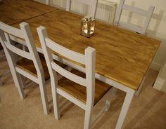 De zittingen in een andere kleur dan de rest van de stoel; best een leuk idee! (maar niet bij mijn al veel te kleurige tafel)