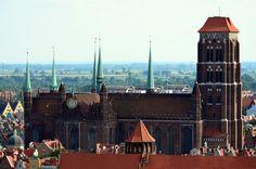 kościół Mariacki w Gdańsku, największa ceglana świątynia na świecie; układ halowy z ogromnym, trójnawowym transeptem, naroża zdobione ośmiobocznymi w planie wieżyczkami; budowla rozpoczęta pod krzyżacką dominacją w poł. XIV wieku ciągnęła się do końca XV (sklepienia zakończona w 1502)