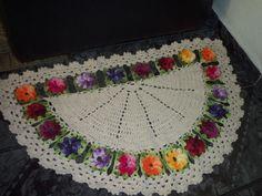 tapete  de barbante cru com flores coloridas  de croche