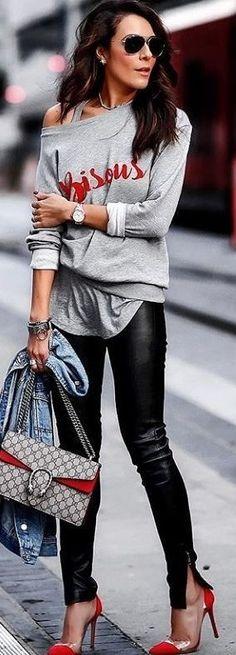 Die Outfit-Kombination aus grau und schwarz ist ein All-time-Favorit und geht einfach immer. Die schwarze Lederhose passt perfekt zum grauen Pulli. Hose / Lederhose / black / schwarz / grey / grau / Pullover / Pulli / fashion / outfit / woman / 2018 | Stylefeed