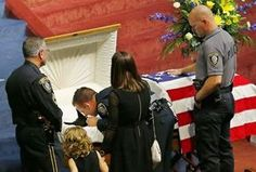 Cão da polícia dos EUA é enterrado com honras militares