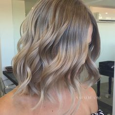 Golden Blonde Balayage for Straight Hair - Honey Blonde Hair Inspiration - The Trending Hairstyle Ash Blonde Short Hair, Cool Blonde, Short Wavy Hair, Blonde Color, Neutral Blonde Hair, Blonde Shades, Blonde Honey, Curly Hair Styles, Wavy Bob Hairstyles