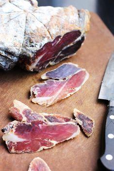 Jambon sec d'agneau épicé, salé et séché maison. Son serrano ou prosciutto d'agneau maison à parti d'un gigot