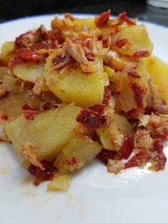 REVUELTO DE PATATAS CON PIMIENTOS DE PIQUILLOS CBF@ Spanish Kitchen, Hawaiian Pizza, Potato Salad, Cabbage, Food And Drink, Menu, Favorite Recipes, Healthy Recipes, Vegetables