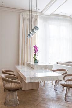 Une pièce splendide avec sa table en marbre par Emma Donnersberg Architecture d'intérieur, déco de luxe, tendances déco Pour voir d'autres astuces en design : brabbu.com/products