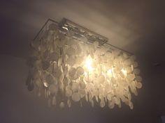 Wunderschöne Muschellampe!Erst ein halbes Jahr alt.Sie macht hell und ein sehr gemütliches Licht!Da sie erst wenige Monate gebraucht wurde, möchte ich ungerne noch weiter runter mit dem Preis gehen. Ich habe fast das Doppelte bezahlt.Bitte nur ernste Anfragen schicken!