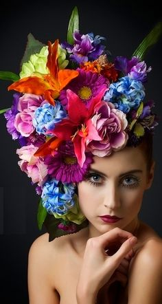 Beautiful flowers in her hair Floral Headdress, Flower Hats, Flower Crowns, Floral Fashion, Fascinators, Headpieces, Her Hair, Beautiful Flowers, Colorful Flowers