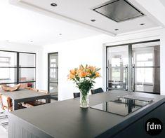 De zwart eiken keuken met betonnen aanrechtblad en BORA inductiekookplaat. GEef ons je droom en wij maken hem werkelijk!