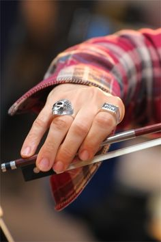 David Garrett Livestream sessions 6-8-12 >Ahhh he holds his bow so perfectly. I cant wait til I can train my pinky to stay in place XD