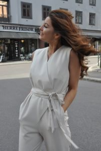 Just Female - 'Gilda jumpsuit' fra Just Female. En jumpsuit i delikat sand farge. Den lukkes med belte i livet og har lomemr lommer i siden. Laget av 96% polyester, 4 % elastane. Modellen på bildet er 164 cm og har størrelse XS