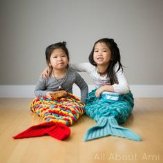 Crocodile Stitch Mermaid Tail Blanket - All About Ami - Knitting Projects Crochet Baby Hats, Crochet For Kids, Baby Blanket Crochet, Crochet Mermaid Tail, Mermaid Tail Blanket, Knitting Projects, Crochet Projects, Crochet Ideas, Mermaid Crafts