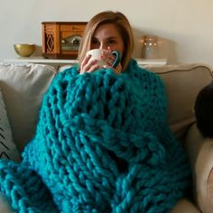 How to Hand Knit a Cozy Blanket 🥰 - how to crochet chunky blanket Knitting Yarn Diy, Finger Knitting, Knitting Projects, Crochet Projects, Knitting With Hands, Beginner Knitting, Diy Projects, Knitting Videos, Hand Knit Blanket