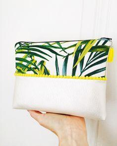 Pochette tropicale en simili cuir nacré, biais et pompons jaunes, tissu feuilles : Sacs à main par marie-besancon
