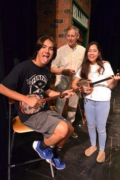 Este foto es uno de nuestros amigos están tenido un sabor de un otro cultura con instrumentos. ¡Qué musical!