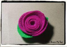 Veja como fazer lindas rosas em feltro passo a passo. O melhor é que você não precisa costurar, basta usar cola quente.