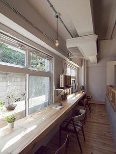 <p>一番気持ちのよい窓辺にロングカウンター。窓外の花台兼デッキは室外機隠しの目的も。</p>