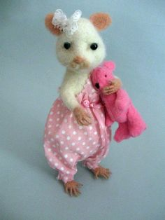 Filzmaus, Maus gefilzt ,Filzfigur von Fildo design auf DaWanda.com Felt Animals, Cute Animals, Felt Mouse, Needle Felted, Of Mice And Men, Cute Mouse, Bear Doll, Cute Backgrounds, Birthday Pictures