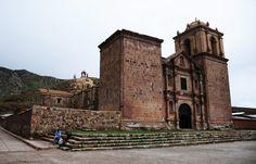 La plaza principal de Pucará, donde se encuentra la iglesia Santa Isabel construida en piedra y ubicada en su parte alta, concentra toda la actividad de la localidad quechua ubicada a unos 100 kilómetros de Puno.