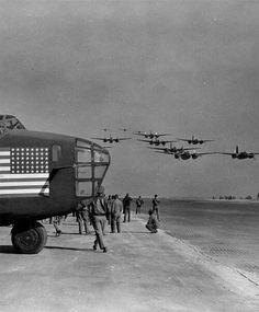 """hanspanzer: """" greasegunburgers: """" B-24's coming back from a mission. """" El morro es un B-24, los que vuelan son Douglas A-20. """""""