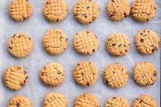 Πανεύκολα μπισκότα με φυστικοβούτυρο και σοκολάτα (Video) - madameginger.com Favorite Recipes, Cookies, Desserts, Food, Tailgate Desserts, Biscuits, Deserts, Essen, Dessert